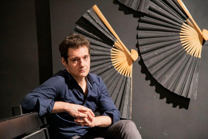 Ο Θάνος Τοκάκης θα ήθελε να ζει σε έναν κόσμο όπου όλα βιώνονται στο μέγιστο βάθος