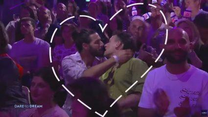 Τι το κακό έχει που έδειξε η Eurovision άντρες να φιλιούνται;