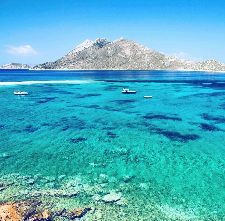 Η ελληνική «Γαλάζια Λίμνη»: Το ακατοίκητο νησί με τις φυσικές πισίνες που «βουλιάζει» από κόσμο (Pics)