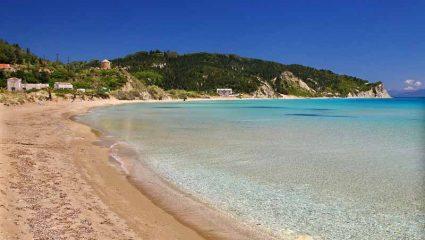 Χωρίς αυτοκίνητα και πολυκοσμία: Το νησί με τις κρυστάλλινες παραλίες που θα κάνεις μπάνιο μόνος σου (Pics)