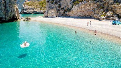 124 σκαλοπάτια: Η παραλία με τα εξωπραγματικά γαλαζοπράσινα νερά είναι στις 40 καλύτερες της Ευρώπης (Pics)