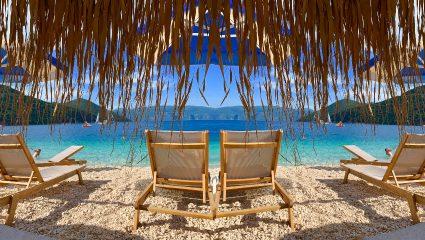 Πάνω από 1000 άτομα: Η παραλία-όνειρο που μόνο αν πας χαράματα θα βρεις ξαπλώστρα (Pics)