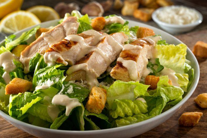 6 σαλάτες  που πρέπει να απαγορευτούν στις ταβέρνες το καλοκαίρι