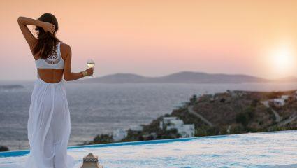 Τι παίζει με Μύκονο-Σαντορίνη και την ελληνική σόουμπιζ αυτό το καλοκαίρι;