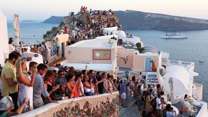 «Βουλιάζουμε» μαζί με τους τουρίστες που «βουλιάζουν» τα νησιά μας
