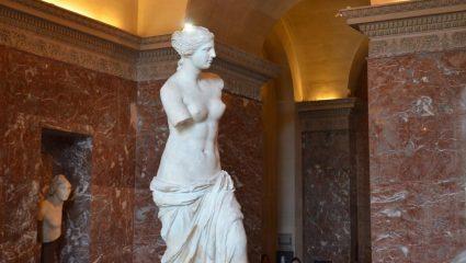 «Το άγαλμα ήταν άθικτο»: Τι απέγιναν τα χέρια της Αφροδίτης της Μήλου μετά την κλοπή από τους Γάλλους