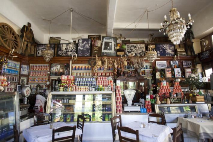 Απαράλλαχτο 100 χρόνια: Το μαγαζί - σύμβολο του Πειραιά που έχει «φυλακίσει» το χρόνο