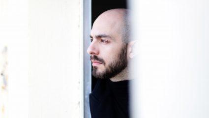 Ο Μάνος Βαβαδάκης αναβιώνει έναν πόνο που δεν μας τον έμαθαν ποτέ σε όλη του την αλήθεια