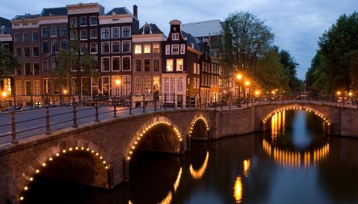 Το Άμστερνταμ δείχνει τον δρόμο: Η πρωτοποριακή κίνηση που σβήνει τα χρέη των νέων