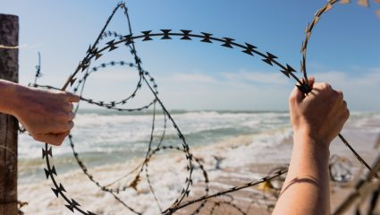 Η ντροπή των πλωτών φραγμάτων κατά των προσφύγων…