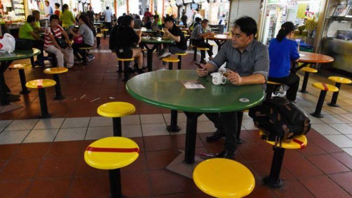 Με κόσμο, όπως πριν: Το μέτρο των μαρκαρισμένων καθισμάτων που ανοίγει τα μαγαζιά με ασφάλεια