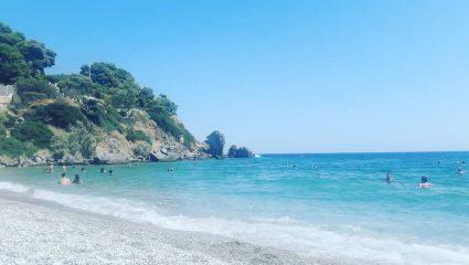 Θυμίζει Πόρτο Κατσίκι: Η παραλία-όνειρο στο Πόρτο Ράφτη που βούλιαξε χθες από κόσμο (pics)