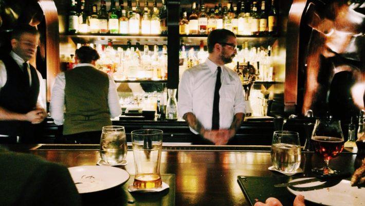 Νέος, επαναστατικός τρόπος: Έτσι θα φέρνουν από Δευτέρα τις παραγγελίες οι σερβιτόροι στα εστιατόρια (Pics)