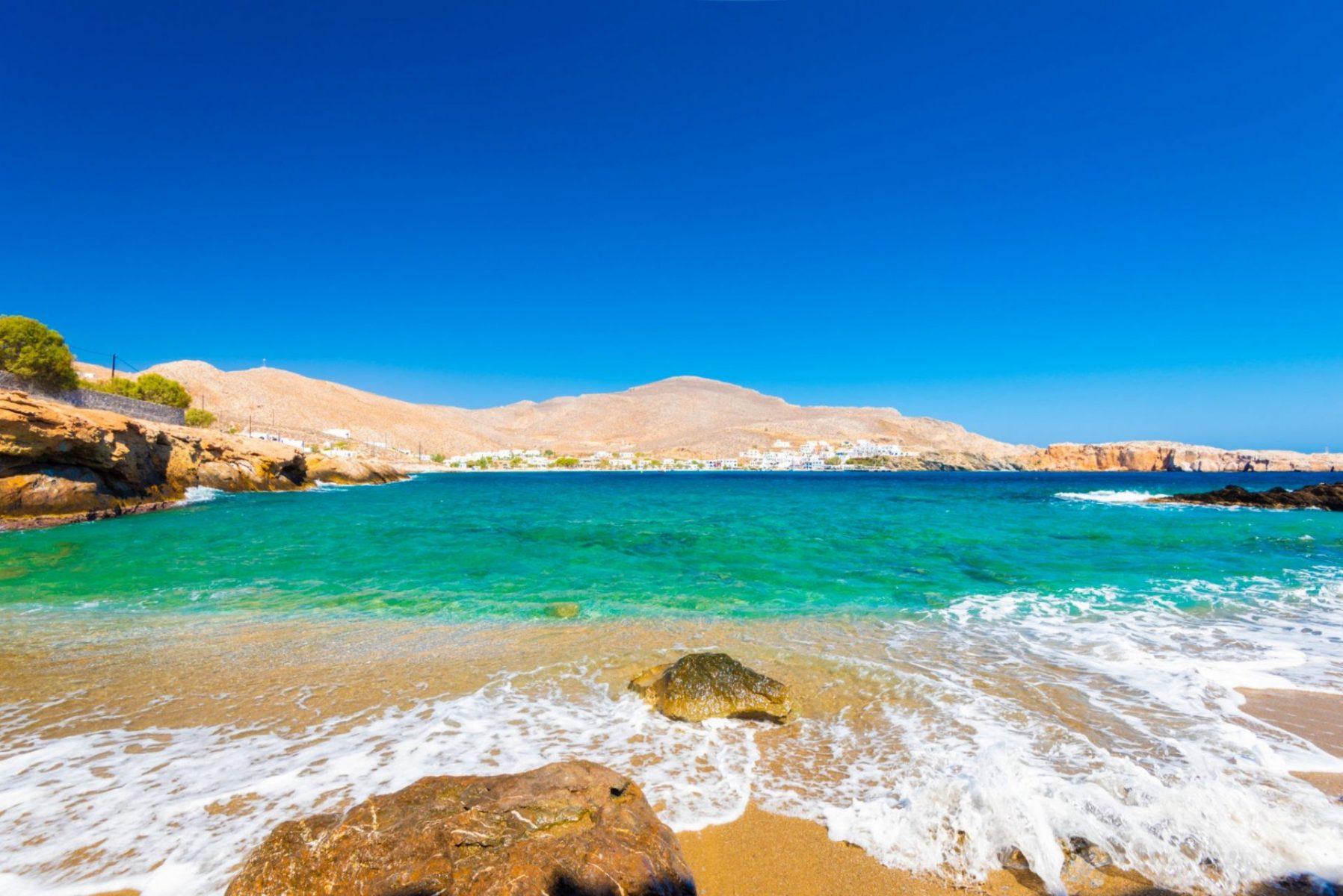 Παραλίες που θυμίζουν Καραϊβική, ηλιοβασίλεμα-όνειρο: Το μικρό ελληνικό νησί που παρακαλάμε να μην μάθουν οι ξένοι