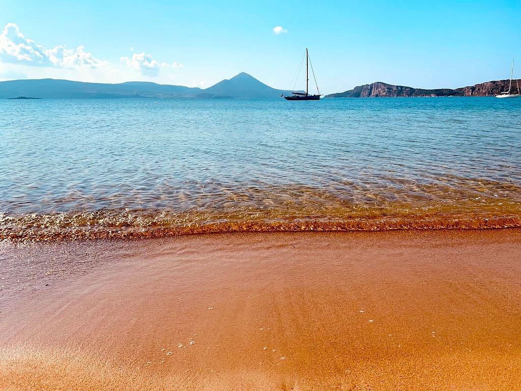 3 ώρες από την Αθήνα, χωρίς πλοίο: Η παραλία που θεωρείται «η ωραιότερη του κόσμου» είναι η ιδανική επιλογή μετά το lockdown (Pics)