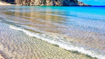 3 ώρες από την Αθήνα, χωρίς πλοίο: Η παραλία που θεωρείται «η ωραιότερη του κόσμου» είναι η πιο φτηνή και ιδανική επιλογή