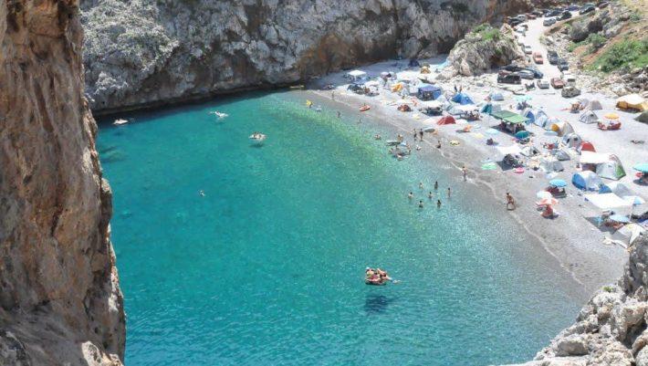 Πας με 30€ βενζίνη: Η συγκλονιστική παραλία με τα νερά πισίνας που έχει ήλιο μόνο 6 ώρες τη μέρα (Pics)