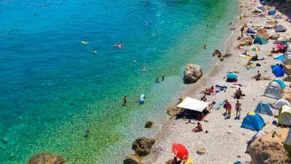 55 λεπτά από Αθήνα, 11,5 ευρώ εισιτήριο:  To μικρό νησάκι με τις θεϊκές παραλίες που αποθεώνει όλο το Instagram (Pics)