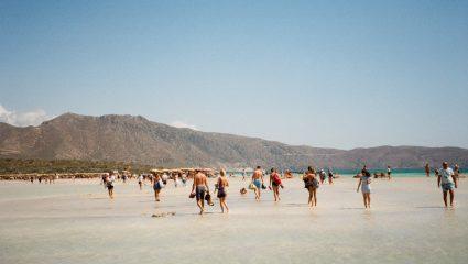 Λευκή και ροζ αμμουδιά, τιρκουάζ νερά: Αξίζει να περιμένεις όλη σου τη ζωή για ένα μπάνιο σε αυτή την ελληνική παραλία (Pics)