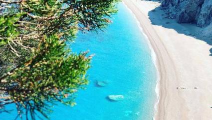 Ασανσέρ 100μ., τούνελ 130 μ.: Στην πιο συγκλονιστική παραλία της Ελλάδας η κατάβαση γίνεται εμπειρία ζωής (Pics)