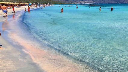 Ατελείωτη, με ροζ άμμο και εξωτικά νερά: Αυτή είναι η νο1 παραλία της Ελλάδας για το Lonely Planet