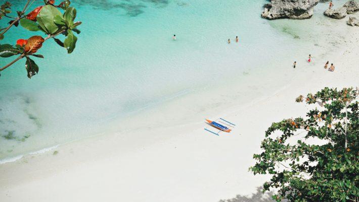 20 κάτοικοι, απόλυτη γαλήνη: Στο νησί με τις πιο απρόσιτες, μα εκθαμβωτικές, παραλίες κάνεις την καλύτερη μονοήμερη της ζωής σου