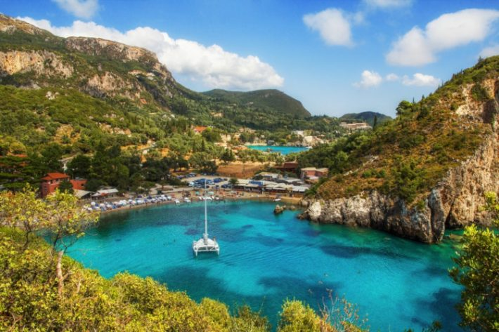 Η ελληνική Ίμπιζα: Το παραθαλάσσιο χωριό που αν δεν πας, δεν έχεις ζήσει διακοπές (Pics)