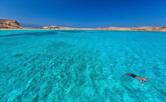 Νερά με τρία χρώματα: Η τροπική παραλία-πισίνα που θυμίζει Μπαλί δεν υπάρχει πουθενά αλλού στην Ελλάδα