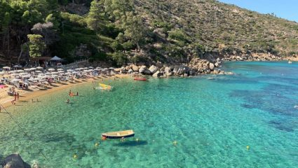 Συνωστίζονται, δεν νοσούν: Το νησί που οι κάτοικοι του ήρθαν σε επαφή με κρούσματα covid-19 και δεν κόλλησε κανείς