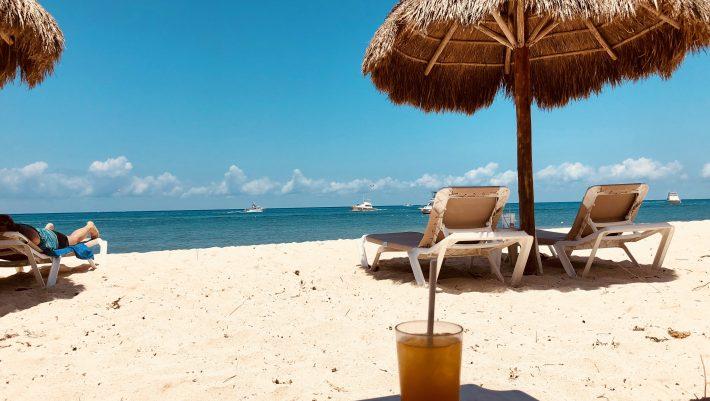 Δωρεάν ξαπλώστρα και πριβέ σαλόνι: Στην ασφαλέστερη παραλία της Ελλάδας πας με αμάξι και η βουτιά σου δεν κοστίζει χρυσάφι (Pics)
