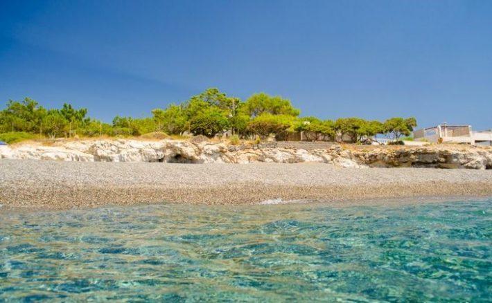 Η μία παραλία καλύτερη απ' την άλλη: Ασφαλείς, φτηνές διακοπές στα 40Km της πιο «πλούσιας» ακτογραμμής στην Ελλάδα