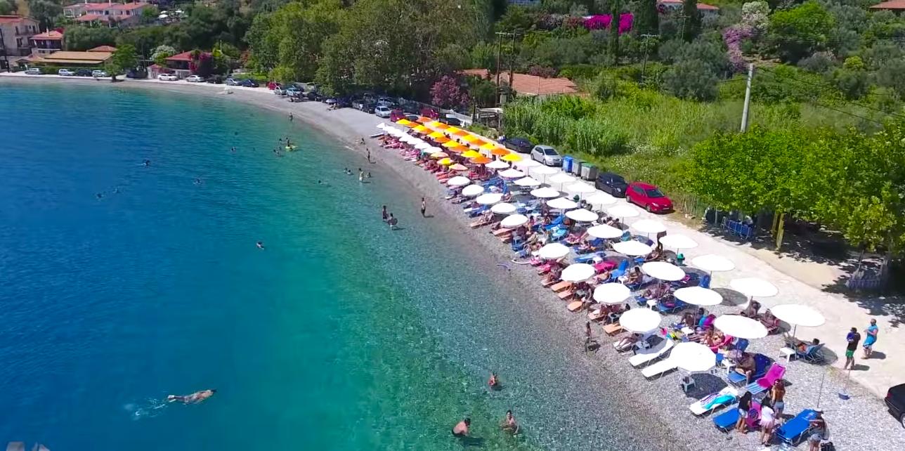 Από στόμα σε στόμα: Το χωριό με την ωραιότερη παραλία της Δ. Ελλάδας είναι ο πιο value for money καλοκαιρινός προορισμός