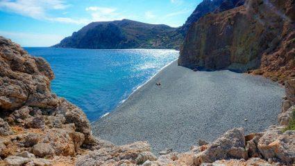 Άγρια ομορφιά: Η ελληνική παραλία- φαινόμενο που απαγορεύεται να πάρεις βότσαλό της (Pics)