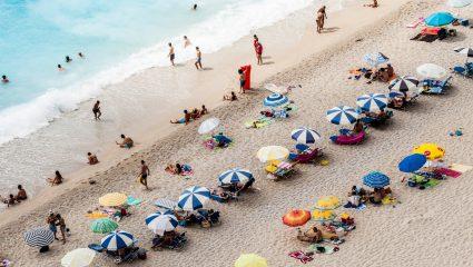 Ούτε πλοίο, ούτε συνωστισμός: 3 νησιά που πας με αμάξι και κάνεις τις καλύτερες διακοπές της ζωής σου