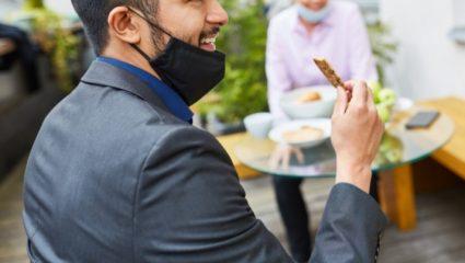 4 εξοργιστικοί τρόποι που φοράει ο Ελληναράς τη μάσκα για να μην τη φορέσει κανονικά