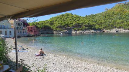 Μπάνιο, ταβέρνα, χάσιμο νου: Στο ωραιότερο παραθαλάσσιο χωριό της Ελλάδας το καλοκαίρι μόλις ξεκίνησε (Pics)