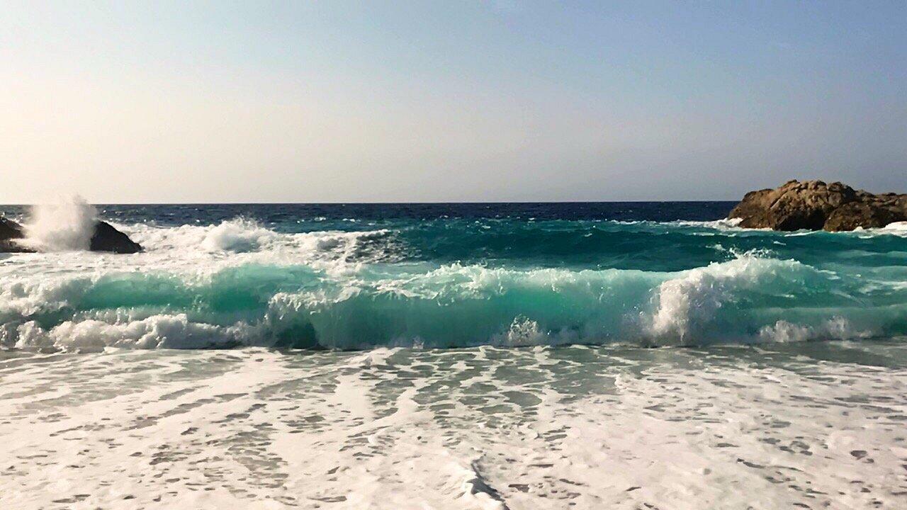 «Προσοχή, κίνδυνος»: Η άγρια ομορφιά της πιο επικίνδυνης παραλίας στην Ελλάδα που δεν παίζει και δεν παίζεται (Pics)