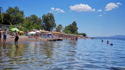 Το καλοκαίρι τώρα αρχίζει: Το χωριό που αποκαλείται «νησί» είναι τέλειο για κοντινές διακοπές της τελευταίας στιγμής (Pics)