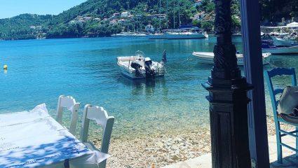Θάλασσα-λάδι, ταβερνάκια στο νερό: Το χωριό –κόσμημα που ανακάλυψαν τελευταίοι οι Έλληνες τουρίστες (Pics)