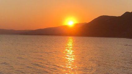 4 εποχές καλοκαίρι: Το χωριό-διαμάντι με την παραλία που μπαίνει στις 3 καλύτερες της Ελλάδας (Pics)