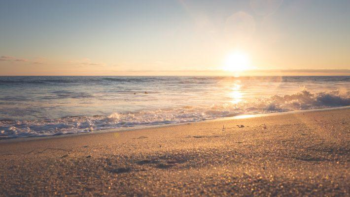 6€ βενζίνη, 55 λεπτά: Η παραλία δίπλα στην Αθήνα που θυμίζει νησί είναι η νο1 ανάσα δροσιάς μέσα στον καύσωνα (Pics)