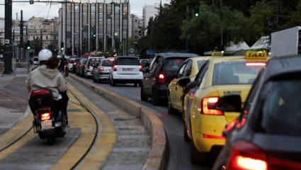 Κίνηση στους δρόμους: Γιατί μετατράπηκε η Αθήνα σε απέραντο πάρκινγκ – Στο τραπέζι τέλος εισόδου στο Δακτύλιο