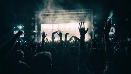 «Καμαλέντι»: Το ψαγμένο τραγούδι που αν το χόρευες στο λύκειο πρέπει να φοράς μάσκα και προμετωπίδα μαζί