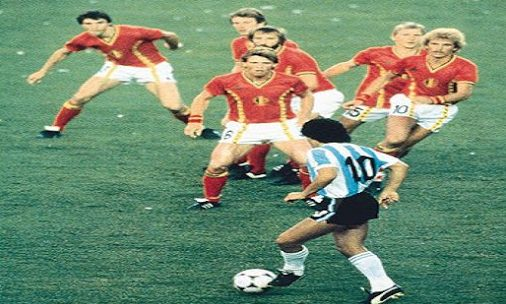 6 παίκτες πάνω στον Ντιέγκο: Το ψέμα της ιστορικής φωτό που δεν δείχνει αυτό που νομίζεις