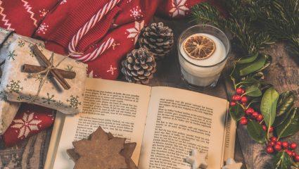 7 βιβλία για να διαβάσεις δίπλα στο χριστουγεννιάτικο δέντρο στο σαλόνι σου