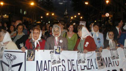 «Πτήσεις θανάτου»: Το κίνημα των Μητέρων που αποκάλυψε το πιο αποτρόπαιο μυστικό μιας δικτατορίας