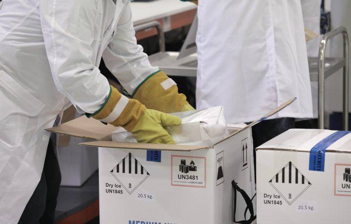 Astrazeneca Vs Pfizer - Moderna: Αλλαγή δεδομένων στις παρενέργειες των τριών εμβολίων