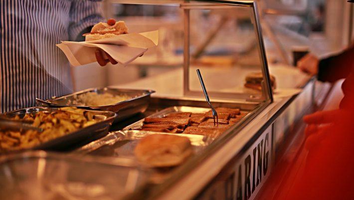 Κουβέρτες τέλος: 4 νέα, λαχταριστά φαγητά που μπαίνουν στα κυλικεία για να ζεσταθούν οι μαθητές