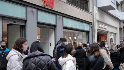 Καταστήματα: Συνωστισμός και μεγάλες ουρές έξω από τα μαγαζιά σε Αθήνα – Θεσσαλονίκη