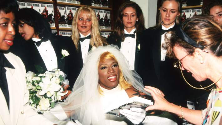 Μόνο αυτός: Η βραδιά που ο Ντένις Ρόντμαν φόρεσε νυφικό και παντρεύτηκε… τον εαυτό του!